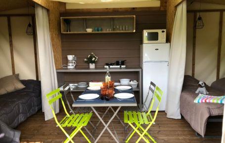Coin cuisine équipé pour 4 personnes dans un camping en Dordogne