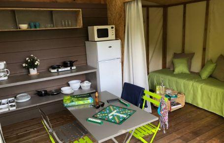 Camper dans des lits dans un camping au bord d'une rivière