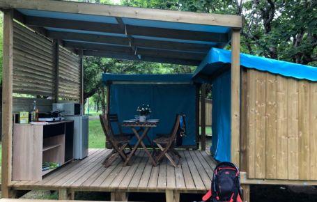 Coin cuisine logement atypique dans un camping en Dordogne