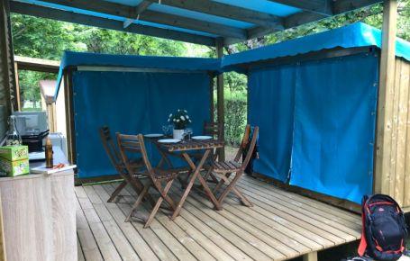 terrasse couverte 4 personnes dans un camping en Périgord